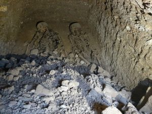 کشف قبری عجیب با ۲ اسکلت در روستای درونه بردسکن/